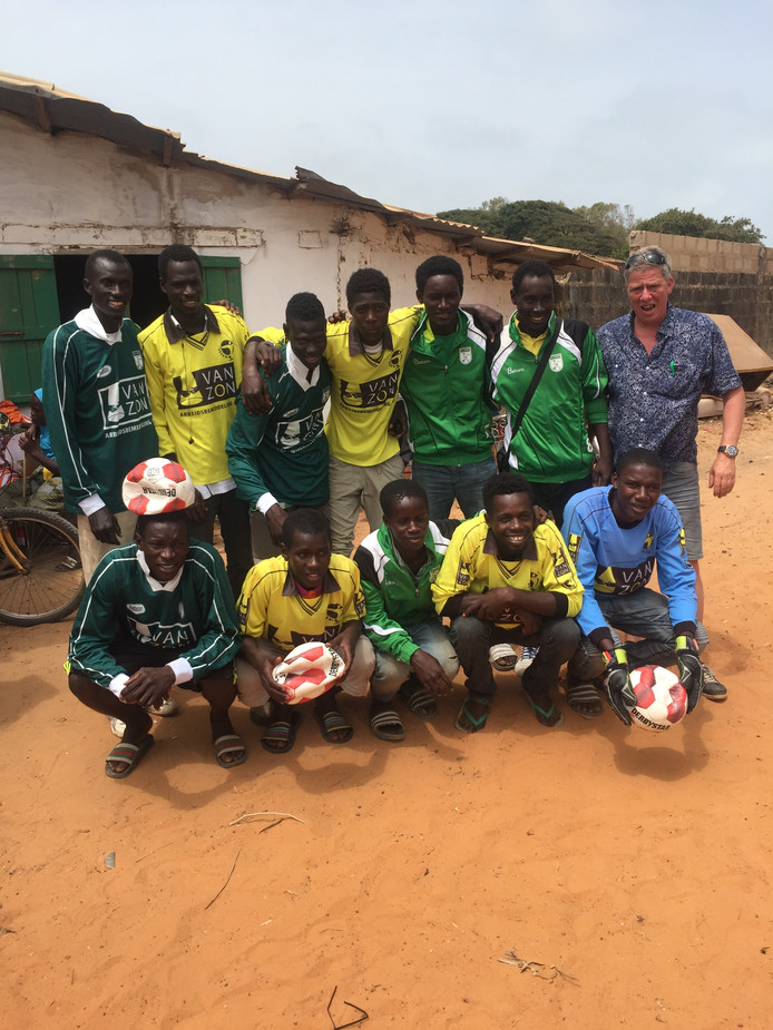 Voetballers in Gambia, hier in tenues van SV 't Harde en VSCO, hebben nog veel baat bij in Nederland 'afgedankte' sportkleding. Rechts Henk van Os.