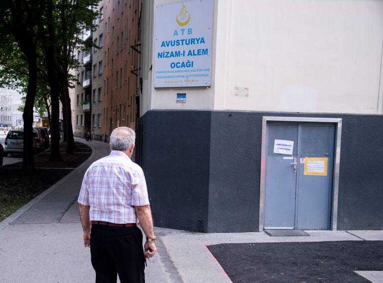 Een man voor de gesloten Nizam-I Alem Ocagi-moskee in Oostenrijk.  Beeld null