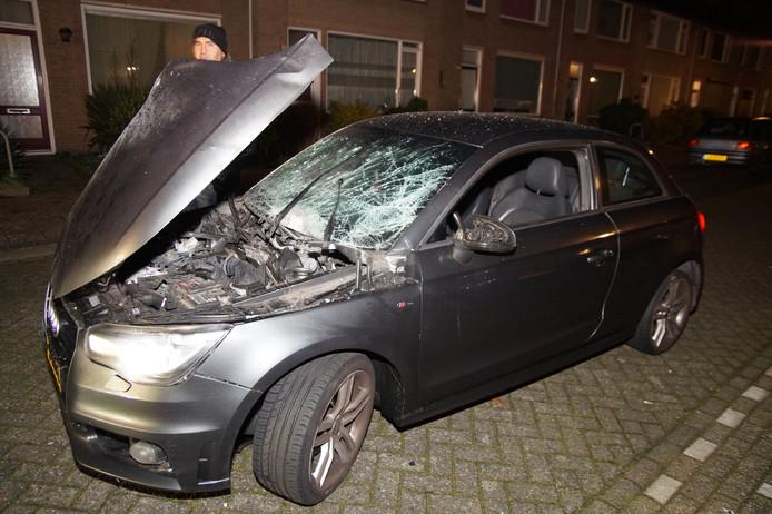 Auto beschadigd met waarschijnlijk vuurwerk in Waalwijk