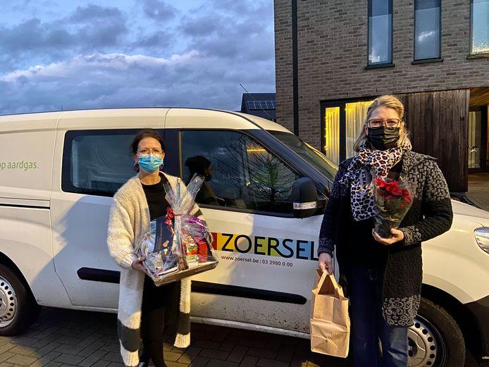 Marijke (links) en Els (rechts) brachten de geschenkpakketten rond met een bestelbusje van de gemeente Zoersel