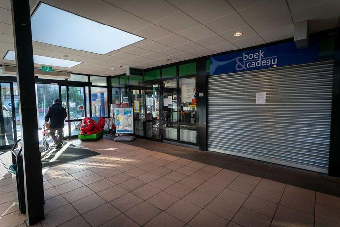 Boek & Cadeau in Doorwerth. Gesloten in verband met corona en straks ook verdwenen van het winkeltoneel.