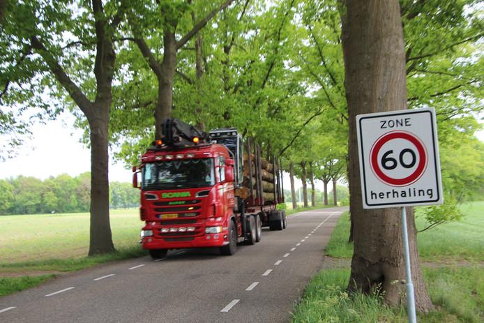 Een vrachtwagen op de Deventer Kunstweg, die sinds enkele jaren 60 kilometerzone is met suggestiestroken voor fietsers.