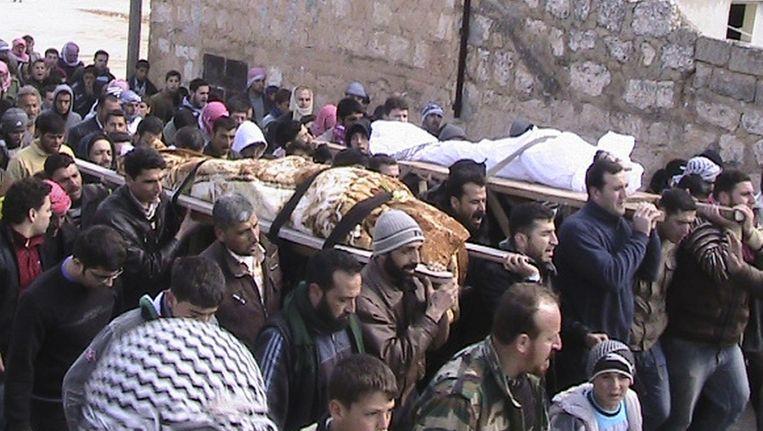 Syriërs dragen de lichamen van leden van het Vrije Syrische Leger. Beeld reuters