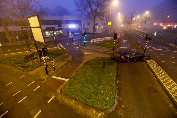 Nadat een stomdronken bestuurder op een groepje vrouwen en agenten was ingereden in de parkeergarage van de Heuvelgalerie, eindigde hij niet veel verderop tegen een stoplicht.
