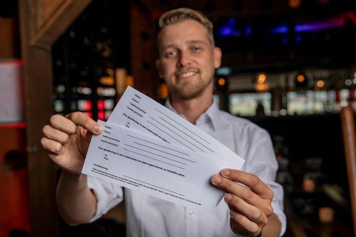 Bedrijfsleider Joost Rissewijck - The Hangar laat groepen contract tekenen dat als ze te dicht op elkaar gaan zitten en bij inspectie wordt een boete van 4000 opgelegd, dat de betreffende groep daarvoor verantwoordelijk is.