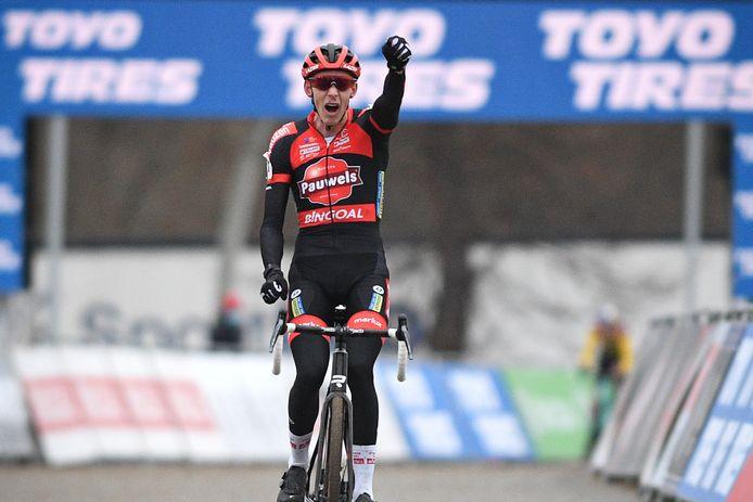 Superbe revanche pour Michael Vanthourenhout: privé de victoire sur crevaison, samedi à Courtrai, le coureur belge remporte, à Tabor, la première manche de Coupe du monde de sa carrière.