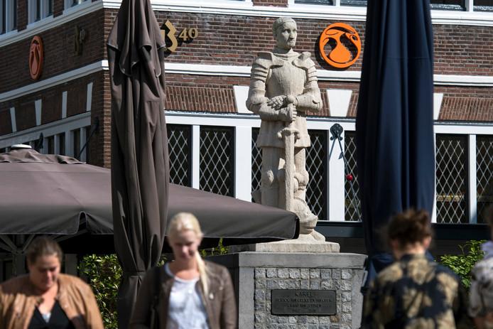 Karel van Gelre als beeld op de Jansplaats in Arnhem.