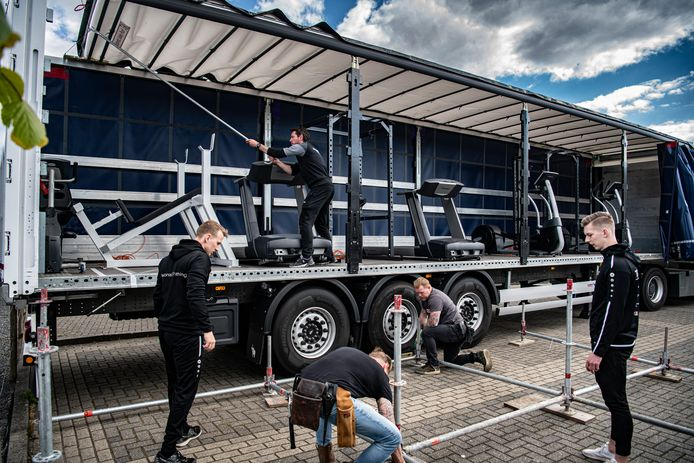 Bij Fox Fitness in Druten wordt tussen twee trailers met fitnessapparaten een sportpodium gebouwd.