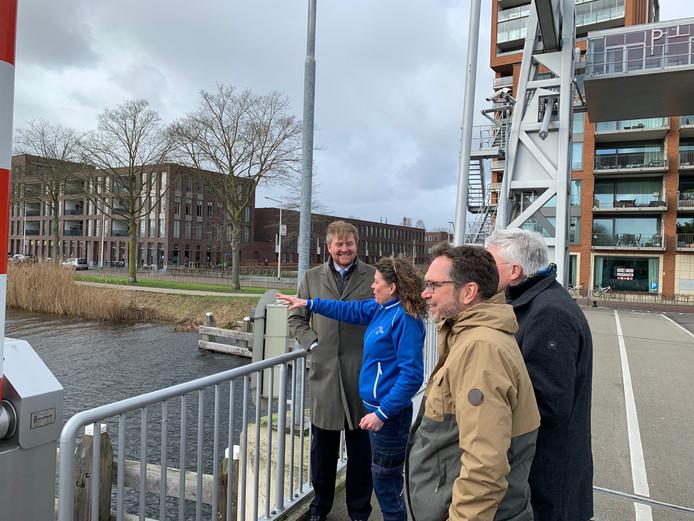 Koning Willem-Alexander bracht dinsdagmiddag een bliksembezoek aan Tilburg. Havenmeester Saskia Janssen laat hem de haven zien.