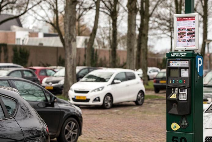 De parkeerplaats achter het politiebureau aan de Houtwal in Zutphen. De locatie is in beeld voor een alternatieve coronakermis begin september.