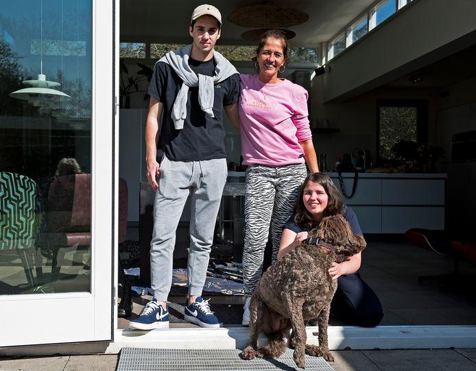 Christel Kooyman heeft een gezin van vijf kinderen, waarvan drie met een beperking. Op de foto Christel (midden) en kinderen Piet (18), dochter Marieke (14) en hond Sheila.