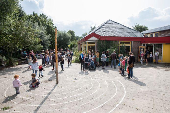 Kinderen spelen buiten op het plein van de Vrije School De Berkel.