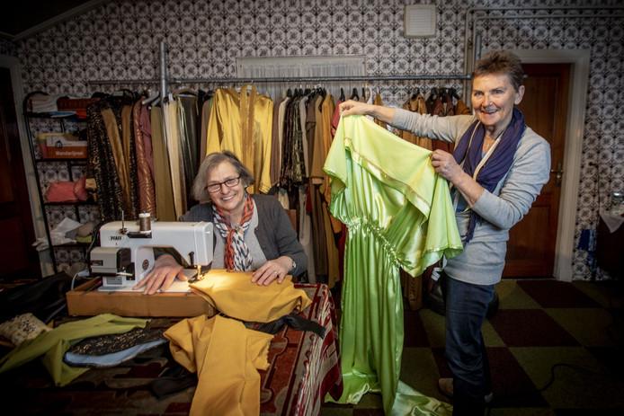 """Ria Blenke (links) en Annie Oude Nijhuis zijn blij dat alle kostuums klaar zijn en nu in het theater hangen. """"Het was een flinke maar dankbare klus."""""""