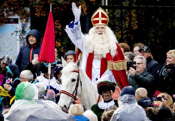 Sinterklaas arriveert met zijn pieten in het centrum van Dokkum. De Friese plaats was vorig jaar het decor van de landelijke intocht van de goedheiligman en zijn pieten.