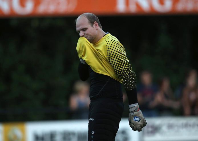 Doelman Niek Bodd van de Sprinkhanen baalt van de 2-0 nederlaag op Loil. Foto: Theo Kock