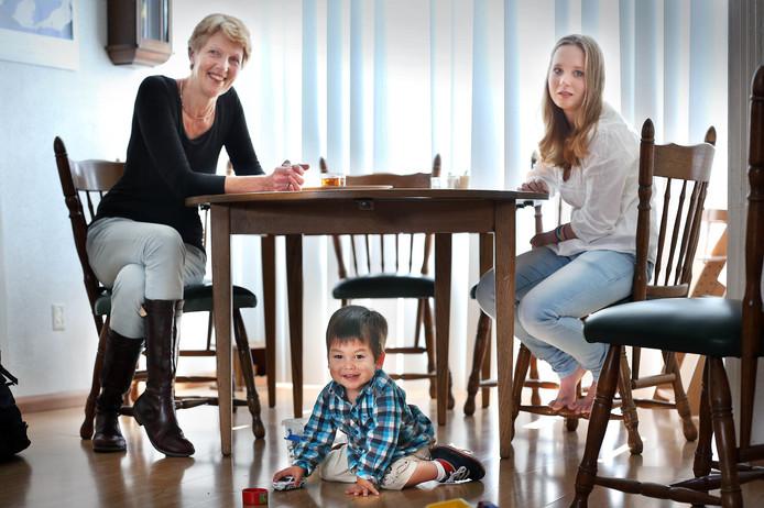 Pleeggezin.<br />Alleenstaande pleegouder Janke de Vries met haar pleegkinderen Josephien en in het midden Alejandro.<br />(Den Haag 27-09-13)Foto:Frank Jansen