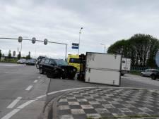 Vrachtwagen belandt op zijkant bij botsing, vertraging op A73