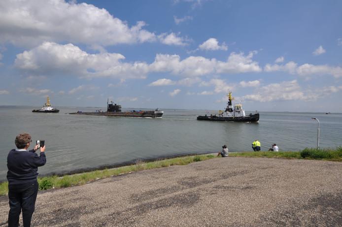 Russische onderzeeër uit Zeebrugge passeert Kopje van Canada bij Terneuzen, begeleid door twee sleepboten van Multraship.