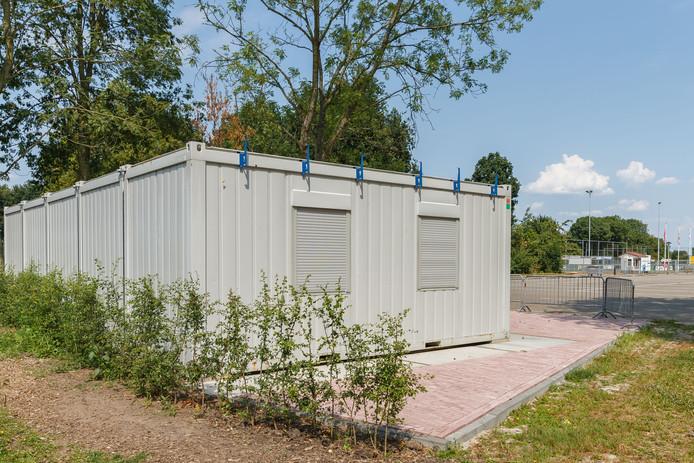 De units voor jeugdsoos Esclusa staan al sinds februari ongebruikt aan de rand van de parkeerplaats van sportpark Cingellanden.