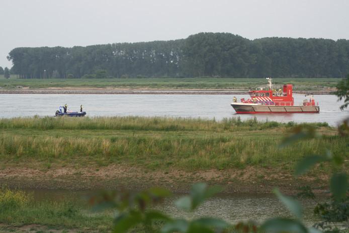 Diverse boten, waaronder Rijkswaterstaat, brandweer en politieboten zoeken op de Waal naar een vermist persoon.