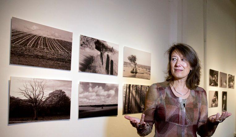 Kristin Verellen, partner van Johan Van Steen, bij enkele van zijn foto's.