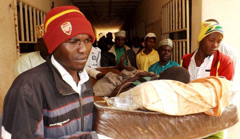 Een man die gewond geraakt is bij een zelfmoordaanslag van Boko Haram. (archiefbeeld) Beeld afp
