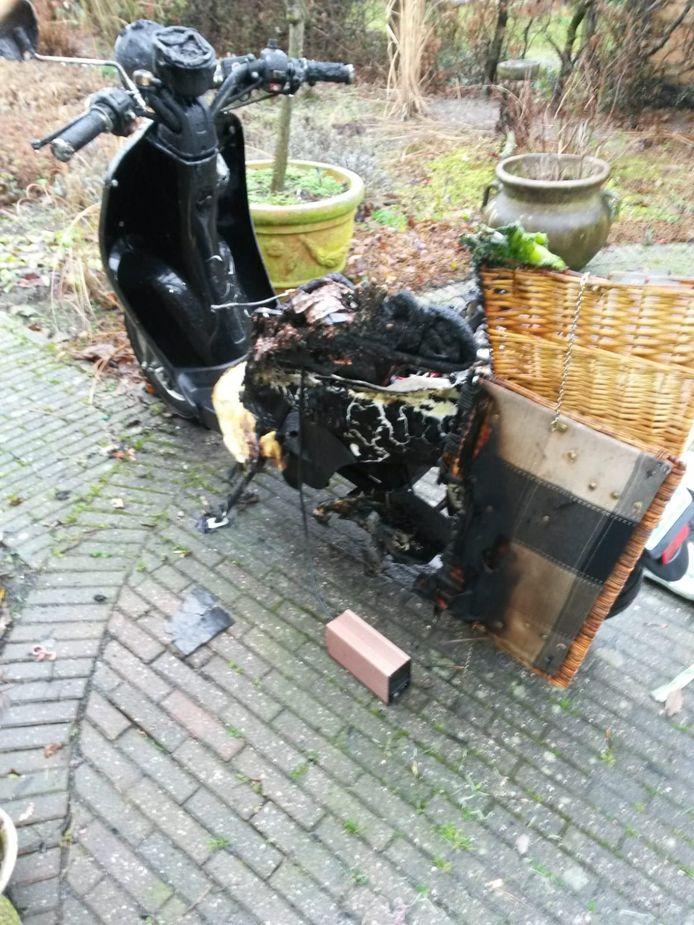 De elektrische scooter van Monica Pap uit Ermelo vatte vlam tijdens het opladen.