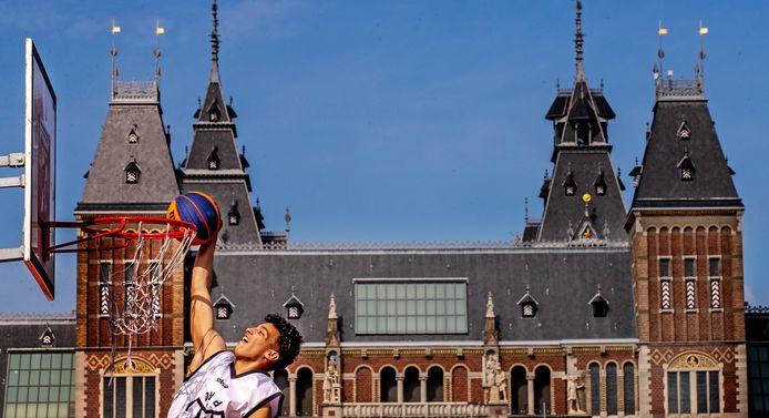 Voor het Rijksmuseum wordt druk geoefend voor het WK 3x3 basketbal.