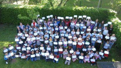 Kinderen basisschool De Klimop volgen voortaan les met wisbordjes