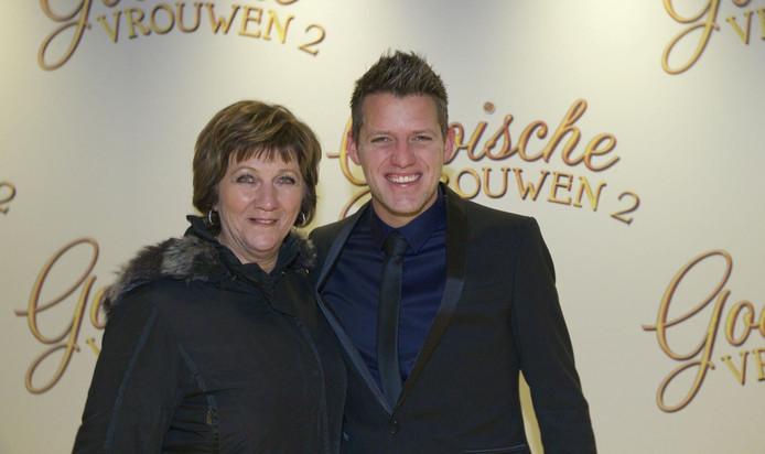 Kees Tol kwam met zijn moeder naar de première.