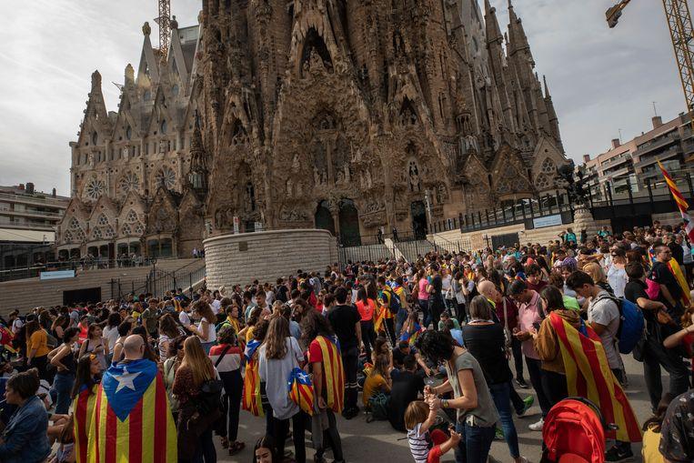 Betogers bij de Sagrada Familia. De beroemde kerk is als gevolg van de vele betogingen in de stad voor het publiek gesloten.
