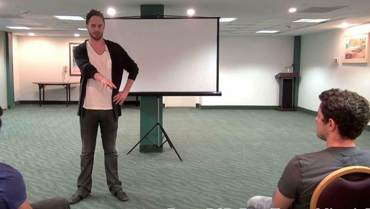 Julian Blanc tijdens een van zijn seminars Beeld Screenshot YouTube