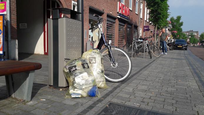 Plastic zakken voor plastic en karton in het centrum van Schijndel. Dit wil de gemeente Meierijstad voorkomen met kroonringen.
