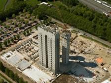 Vier liftschachten van het RIVM-gebouw torenen uit boven De Uithof