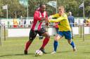 Renzo Roemeratoe (links) opent het seizoen met VC Vlissingen met een thuiswedstrijd tegen TAC'90 uit Den Haag.
