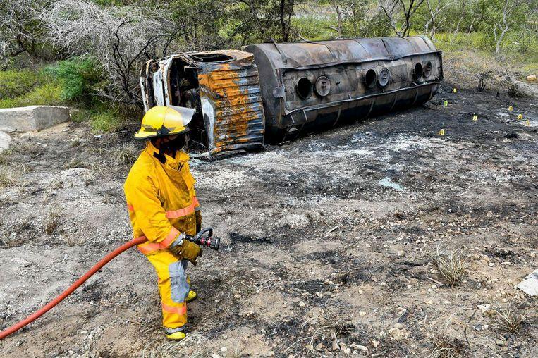 Een brandweerman bij de ontplofte tankwagen.