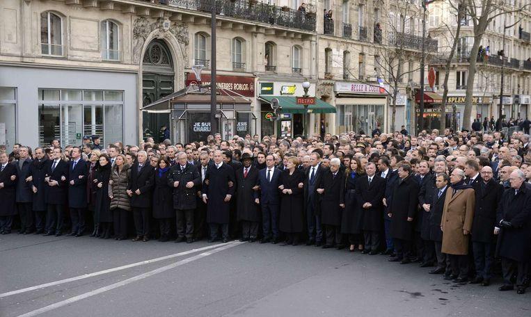 Wereldleiders gaan met president Hollande voorop: onder hen de Britse premier Cameron, de Israëlische premier Netanyahu, de Duitse bondskanslier Merkel, de Palestijnse president Abbas, de Malinese president Keita, de Jordaanse koning Abdullah II en de Turkse premier Davutoglu Beeld AFP