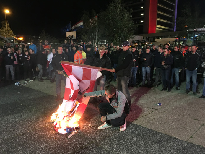 De Brabantse vlag werd vrijdagnacht bij het provinciehuis gestreken en in brand gestoken.