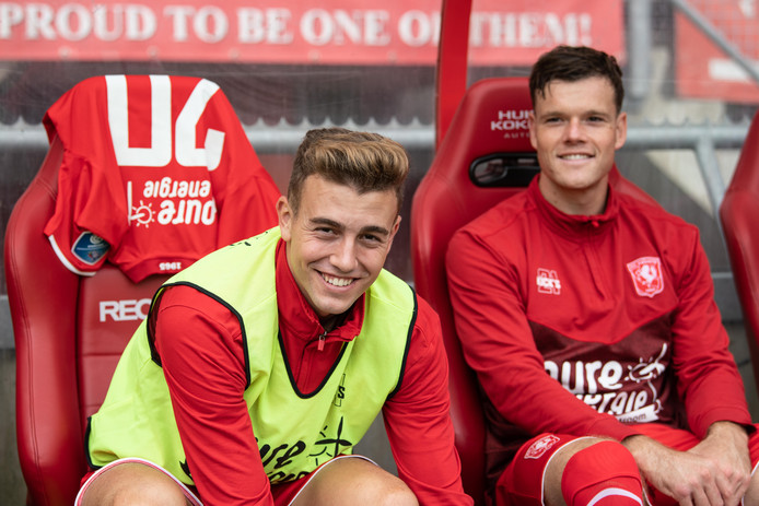 Tom Boere, hier naast nieuweling Oriol Busquets, zat zondag wederom 90 minuten op de bank bij FC Twente.