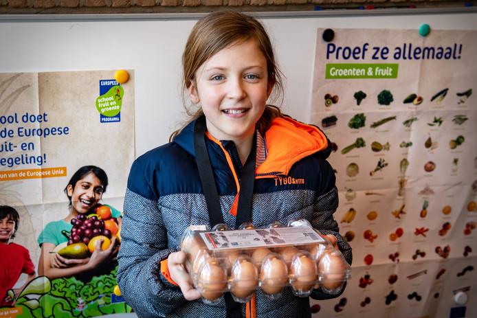 Isa van Meijl uit groep 8 is één van de leerlingen van De  Viersprong die zich verbazen over de grote hoeveelheid plastic in supermarkten.