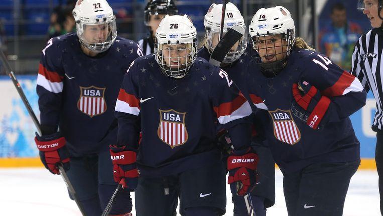 Amerikaanse ijshockeysters vieren een goal tegen Zweden in de halve finale op maandag Beeld getty