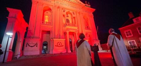 Basiliek kleurt van VN-blauw naar religievrijheid-rood