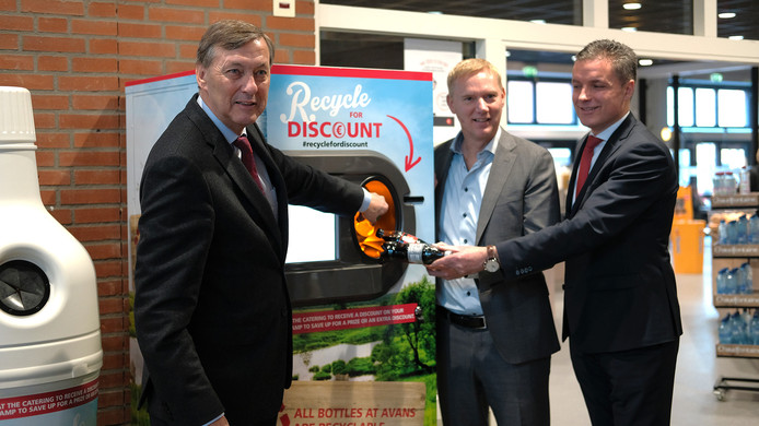 Vlnr: Paul Rüpp (Avans), Roelof van Dinter (Coca-Cola) en Jan Jacob van Donselaar (Compass/Eurest) geven de aftrap van de PET-flessen inzamelingsactie.