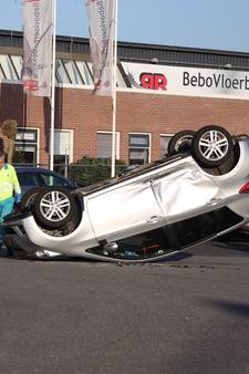 Auto op de kop na ongeluk in Vriezenveen