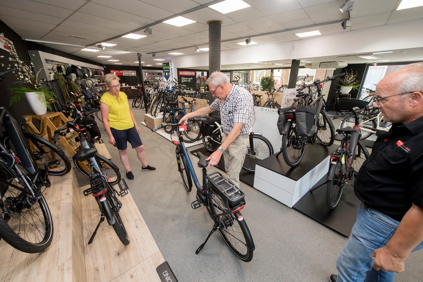 Wim van Baal van Style Cycles laat een elektrische fiets zien aan het echtpaar Henny en Chris de Wit uit Tiel.