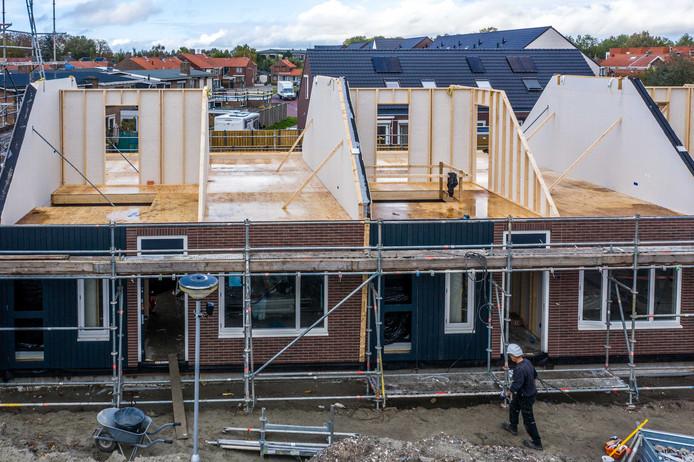 De huizen van 't Vrije Woonblok lijken van steen, maar zijn gebouwd met houten wanden. Eind oktober was dat nog goed te zien.