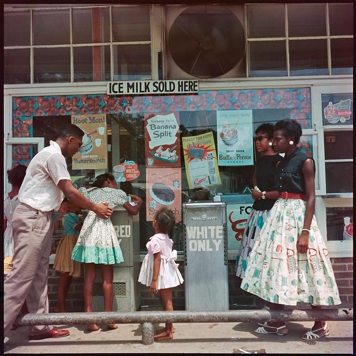 Mobile, Alabama: Een zwart gezin moet aansluiten bij een fonteintje voor Colored Only.