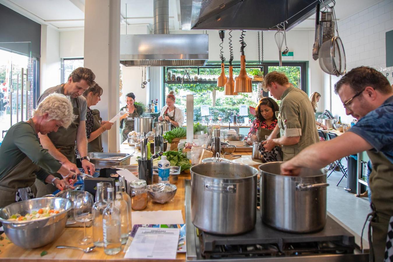 Een blik in de keuken van EDES Proeflokaal.