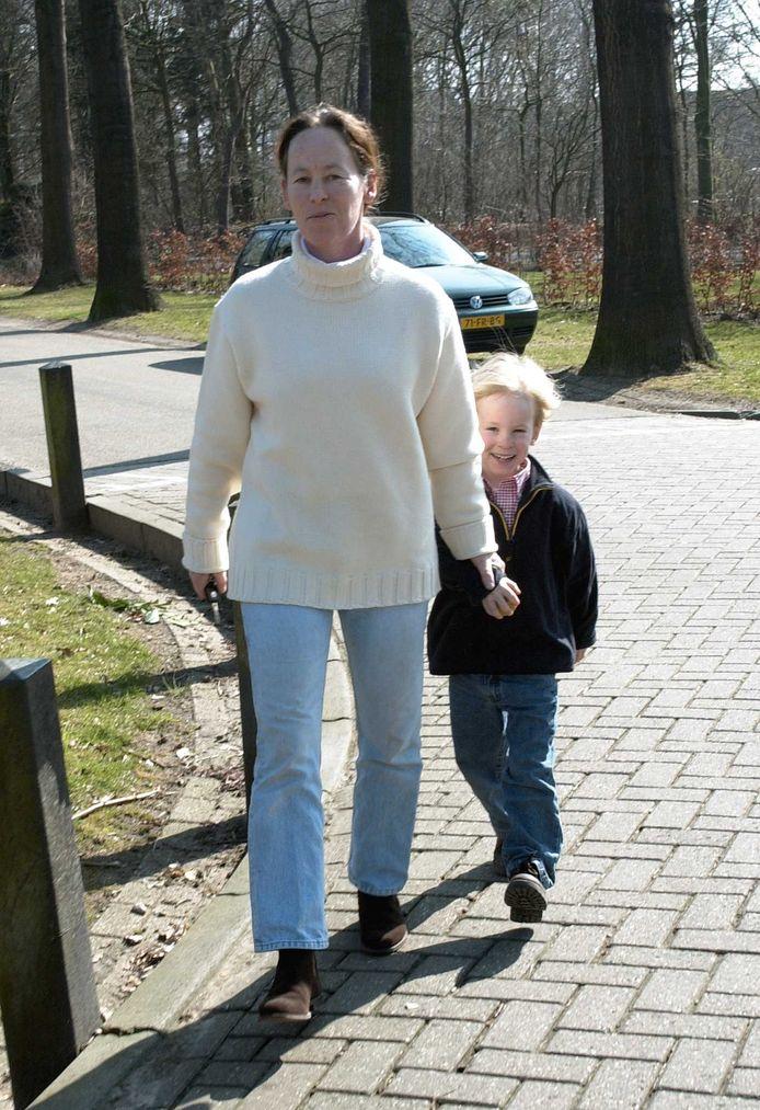 2003: Hugo wordt door zijn moeder Brigitte Klynstra naar school gebracht.