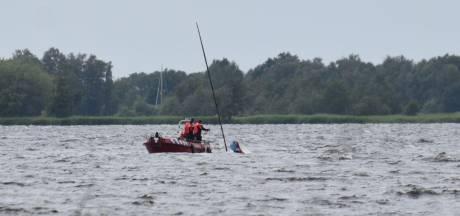 Zeilboot slaat om: drie opvarenden gered op Beulakerwijde